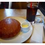 ペーパーウォールカフェ - パンケーキセット(600円)・・厚い、、何と言う厚み。それに大きい・・