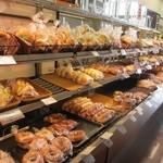 27458846 - この店には独立したレジは無く他にマックバリュで買った商品と一緒にパンをレジに持って行って会計する方式になってました。