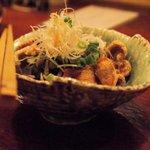 日本酒とお刺身 秋丸 - カリカリ鶏皮ポン酢