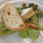 k620 - カマンベールサラダを頂いてみると、ドレッシングの中に潜んでいたベーコンは肉々しく チーズもオイルもケチった感がなく、しっかり美味しいです。