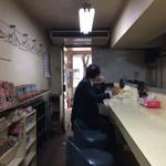キッチン岡田 - 長いカウンターのみの店内
