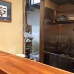 麺屋吉左右 -    調理場奥に製麺機