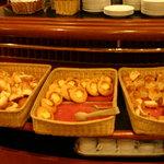 カフェ ジャンシアーヌ - 食べ放題のパン ハム・チーズのロールパンが美味しかった
