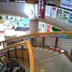 レストラン二ッ森 - みやげ物屋の中に階段