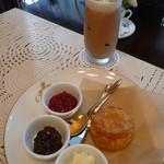 ブラウニーズ テラス - アイスミルクティーとスコーンのセット♡