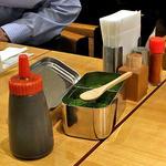 お好み焼 きじ - 卓上に常備された調味料類