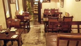 コロニアルキッチン 紺屋町本店 - 右手のテーブル席