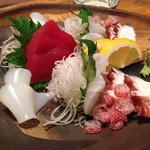 ぱやお - ぱやお近海刺身盛・1,000円/1人 (白イカ、島ダコ、ミーバイ、マグロ)