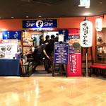 博多らーめん Shin-Shin - 「ShinShin 博多デイトス店」さんの外観。開店時間間もないのに活気ありますねー。