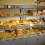 27490589 - 店内のパン棚