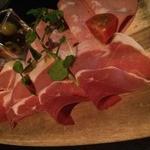 27497303 - イタリアサンダニエール産生ハムとオリーブの盛り合せ