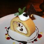 カフェ サルーテ - イタリア産アマレーナチェリーが入ったロールケーキが一番人気です。