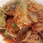 オステリア ディ クオーレ - アサリと春キャベツのトマトソース、アンチョビ風味