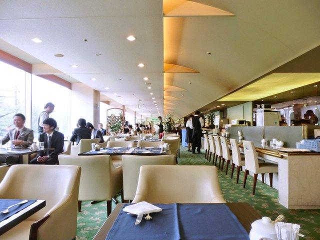 レストラン フォッセ - 店内のテーブル席の風景です