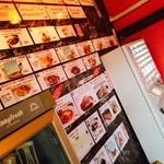 27505383 - 2014/05 1階入口のキッチンの前辺りにある券売機。食券を購入し、料理ができたら呼び出しの放送が入るのて自分で取りに行くというセルフサービスのシステムなのだ
