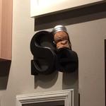 ニクバルダカラ - ワインコルクの人形があちこちにいます。