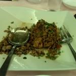 赤坂 四川飯店 - 鶏肉のパリパリ揚げ 挽き肉と二種唐辛子の炒めのせ その2です。挽き肉の濃厚なコクと山椒のしびれ、脂の乗ったもも肉の旨みが食欲をそそります。ご飯にもぴったりのおかずです!
