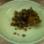 赤坂 四川飯店 - 鶏肉のパリパリ揚げ 挽き肉と二種唐辛子の炒めのせ その3です。