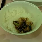 赤坂 四川飯店 - マイルドな麻婆豆腐を白いご飯にかけた様子です。