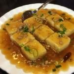 台湾家庭料理 福味香 - 「台湾風揚げ豆腐(680円)」。この店流の家常豆腐でしょうか。軽く油に通した(炒めた?)豆腐はプルンプルン。サッパリ甘辛餡が非常に食べやすく、メチャクチャ白ご飯が欲しくなる品♪
