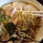 麺ゃ しき - 限定 純煮干し(880円)麺リフト