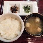 とっこ処 - 定食のご飯、みそ汁、惣菜(ホルモン焼そば定食)