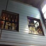 カスクドール - 窓にボトルが所せましと並んでます。