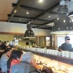 亀正くるくる寿司 - オープンと同時なので、席は回らない