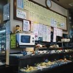一力 - 料理が列ぶ店内