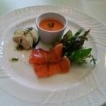 プロトンダイニング - パプリカムース、蒸し鶏と茄、スモークドサーモン、サラダ