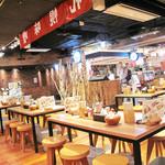 白樺山荘 - 北海道ラーメン道場の一番奥にある『麺処 白樺山荘』。       カウンター席とテーブル席があります。