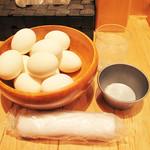 白樺山荘 - 卓上には山盛りのゆで玉子が置いてあります。無料で頂けます。