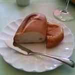 プロトンダイニング - 米粉を使用したもちもちパンとチーズイン                             パン