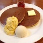 珈琲館 - ラムレーズンアイスとカスタードクリームのホットケーキ