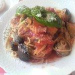 クッチーナ・ポーヴェラ - 茄子、パプリカ、ベーコンのトマトソースパスタ