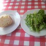 クッチーナ・ポーヴェラ - ランチセットのパンとサラダ