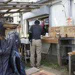 大山山頂茶屋 - カウンターで貰ってベンチで食べます