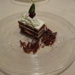 レヴェイヨン - ダークチェリーのチョコレートケーキ