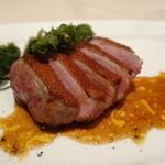 レヴェイヨン - フランス産鴨胸肉のロースト グリーンペッパーソース