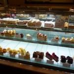 27527807 - パステルカラーのケーキが並ぶのショーケース
