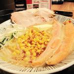 らぁめん銀波露 新千歳空港店 - 観光客的にお値段もカロリーも一番高そうな鮭ハラスバターコーンラーメン1,380円。