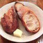 27529792 - 今週のランチ 900円 の天然酵母パンとバター