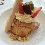 27530177 - シュークリームは薄皮に後味が楽しい生姜のチャイクリーム