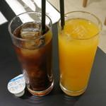 クリントン・ストリート・ベイキング・カンパニー - 左:紅茶≪アールグレイ・Ice≫、右:オレンジジュース(各\540、2014年5月)