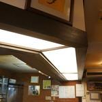 和食処おおつぼ - 入ってすぐ左手に、カウンターが奥に続きます