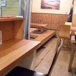 尾木場 - 左にカウンター、奥に小上がりとテーブル