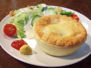 カンピオンエール - ミートパイ&サラダ(1000円) これはビーフミンチ