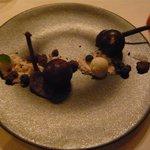 レストラン マノワ - デザート(さくらんぼとマンゴーのムースを包んだチョコレートの球体)(2014.5)