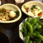 串焼き 一献 - 枝豆に鶏皮おろしポン酢、山芋ザクザクです。