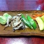 鮨亭 笹元 - そら豆、しめじとマイタケ、太っちょのスナップエンドウ、メロンのお漬物!